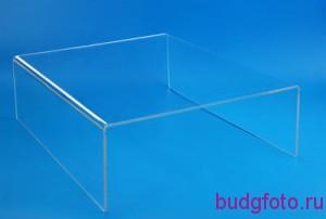Прозрачная подставка на голубом фоне