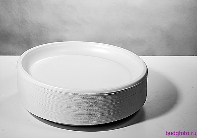 Одноразовые тарелки.
